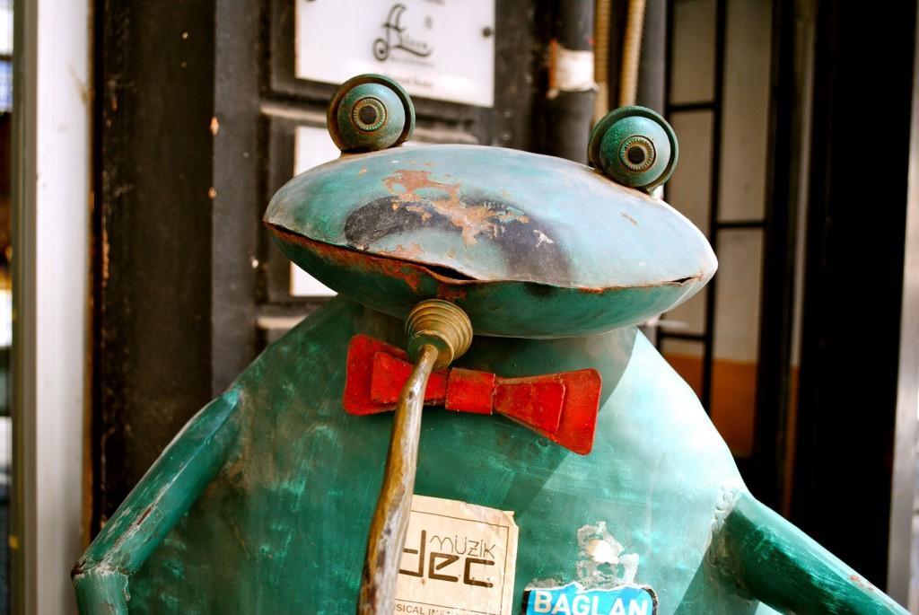 Blechfrosch im Künstlerviertel