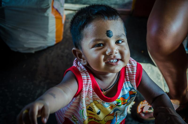 Kind im Zug Sri Lanka